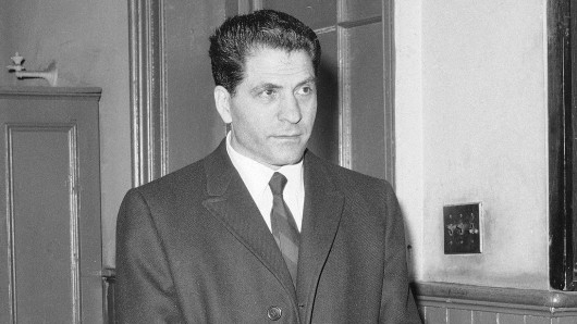 Der damalige Mafioso Sonny Franzese steht am 24. März 1966 in einer Polizeistation in New York (USA).