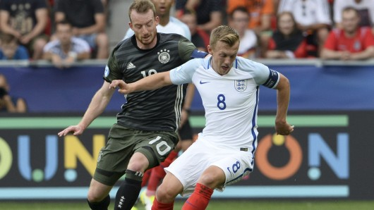 Maximilian Arnold(Deutschland, l) und James Ward-Prowse (England) in Aktion.