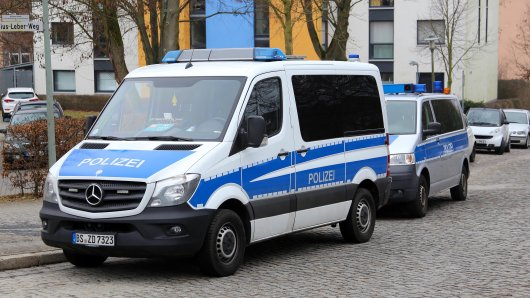 Polizeiautos nach der Razzia in Göttingen.