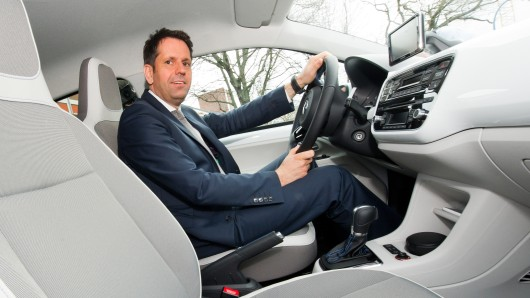 Olaf Lies (SPD) in einem VW Up. (Archivbild)